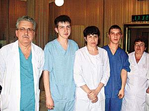 Это лишь малая часть коллектива больницы, спасшего Веронику и Кристину: профессор Александр Разумовский (крайний слева) и сотрудники отделения реанимации.